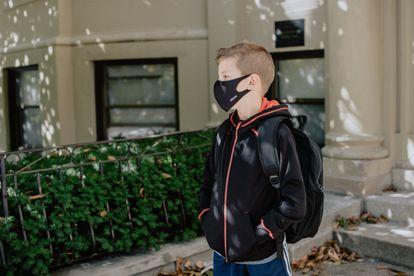 Es conveniente usar crema de protección cada día y en todo del rostro, incluso la parte cubierta por la mascarilla.