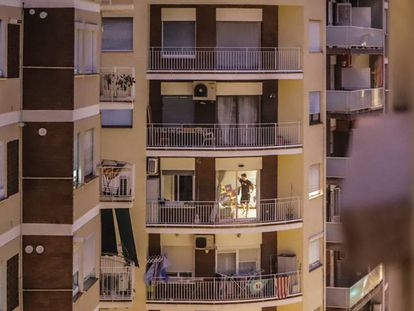 Residentes de Barcelona, confinados en sus casas.
