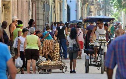 Los taxistas en bicicleta y los vendedores de comida son algunas de las profesiones en que han aflorado emprendedores en Cuba.