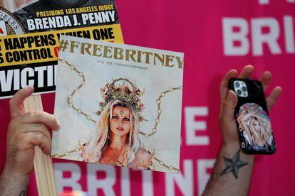 Un fan protesta en apoyo de Britney Spears con imágenes de ella, en Los Ángeles, California, en julio de 2021.