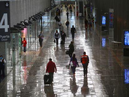 Viajeros caminan en el Aeropuerto Internacional de Ciudad de México, prácticamente vacío este junio.