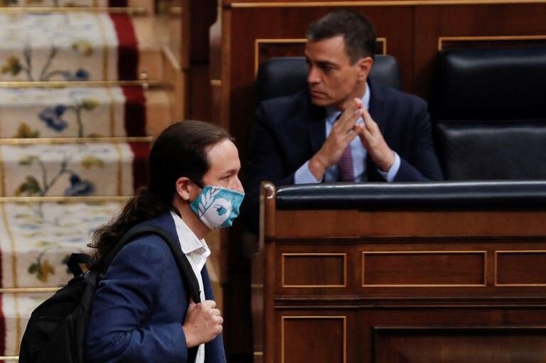 Pablo Iglesias, pasa ante el presidente del Gobierno, Pedro Sánchez, en junio en el Congreso.