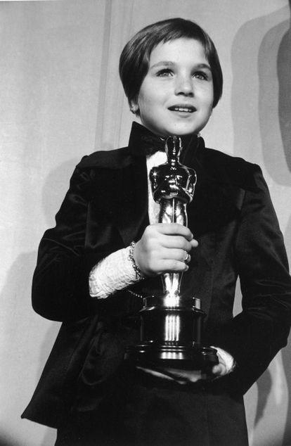 Tatum O'Neal en 1974 con su Oscar por 'Luna de papel'. Todavía hoy es la actriz más joven en ganarlo.