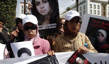 Protesta en Marruecos tras la muerte de Amina Filali, que se suicidó en 2012 cuando la obligaron a casarse con el hombre que la violó.