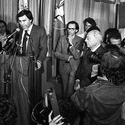 Felipe González, Alfonso Guerra y Enrique Tierno (a la derecha), en la noche de la victoria electoral del PSOE tras el restablecimiento de la democracia.