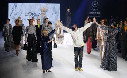 La soprano Beatriz Diaz y la atleta Ruth Beitia toman de la mano a Juan Carlos Mesa, director creativo de Angel Schlesser, en su desfile en Mercedes-Benz Fashion Week Madrid.