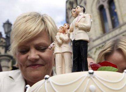 Kristin Halvorsen, ministra de Economía noruega, celebra la aprobación de la ley de matrimonios gays.
