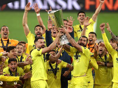 Los jugadores del Villarreal alzan del trofeo de campeones, en Gdansk (Polonia).