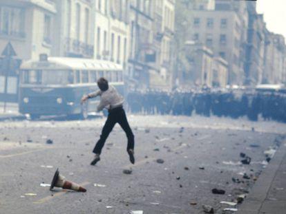 Enfrentamientos entre estudiantes y policías en París en mayo de 1968.