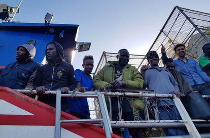 Algunos de los 12 migrantes rescatados por el pesquero 'Nuestra Madre de Loreto' el pasado sábado.