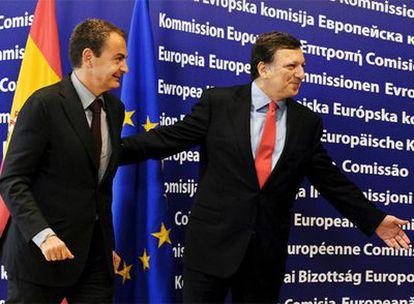 Jose Manuel Durão Barroso camina junto a José Luis Rodríguez Zapatero ayer en la sede de la Comisión Europea.