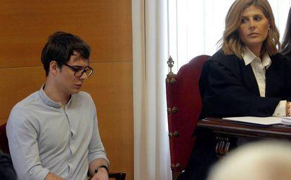 Patrick Nogueira, junto a su abogada, durante el juicio por el crimen de Pioz.