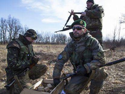Miembros de un batallón checheno se arman para combatir con milicianos prorrusos, en febrero en Lysychansk, Ucrania.