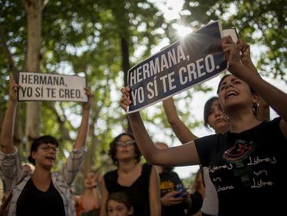 Protesta contra la primera sentencia impuesta a los miembros de La Manada por abuso sexual, en Sevilla en 2018.