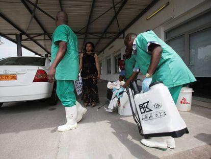 Un trabajador sanitario desinfecta a un compañero de trabajo en una sesión de entrenamiento en Kinshasa en 2014.