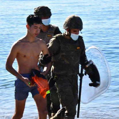 Dvd 1054 (19-05-21). Migrantes en la playa del Tarajal en Ceuta, este miércoles.