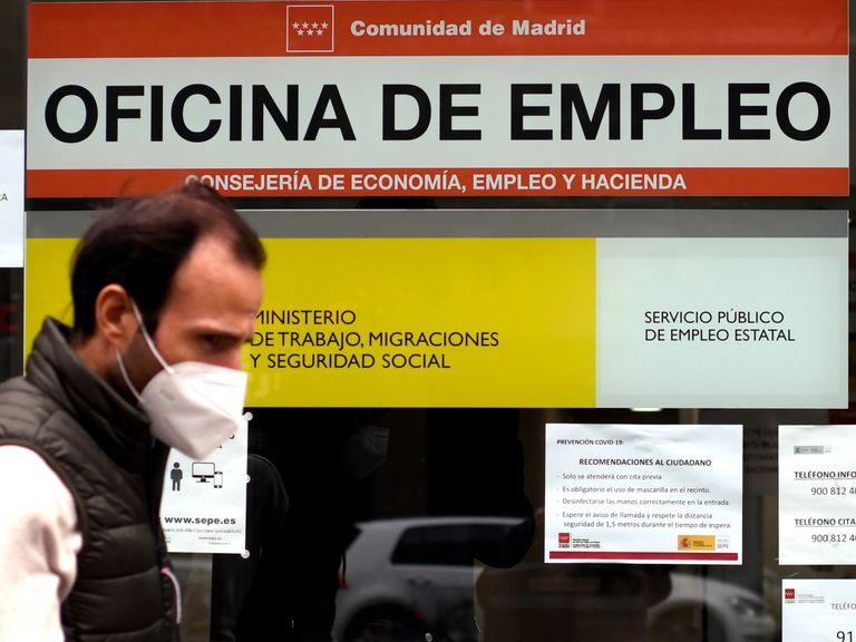 Un hombre pasa por delante de una oficina de empleo en Madrid.
