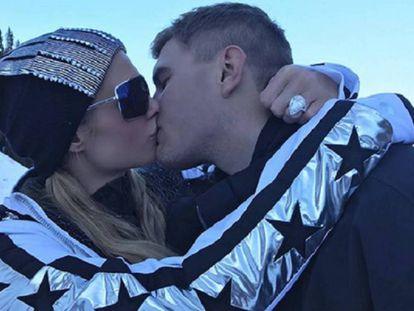Paris Hilton, con el anillo de compromiso en el dedo, y Chris Zylka.