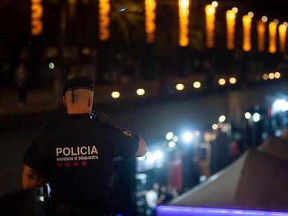 Los Mossos patrullando en el Port Olímpic de Barcelona, en una imagen de archivo.