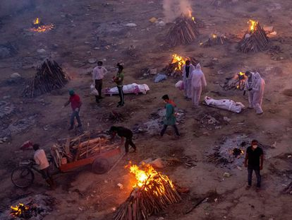Vista general de un crematorio improvisado de víctimas de la covid en Nueva Delhi (India), el pasado 23 de abril.