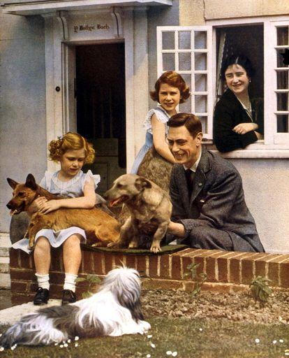 El rey Jorge VI , la reina madre y sus hijas, Isabel (de pie) y Margarita (sentada), junto a sus perros, en los años 30.