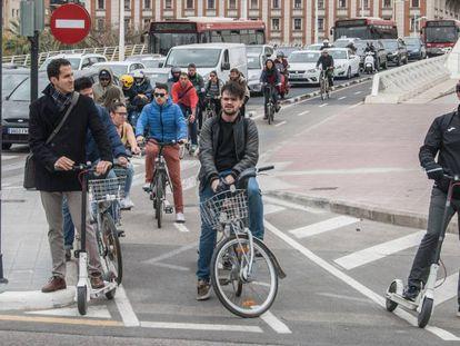 Viajeros aguardan en un paso de cebra en Valencia.