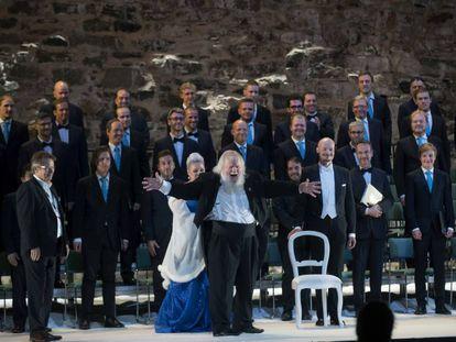 El director Leif Segerstam (en el centro), junto a cantantes y coro, en el Festival de Savonlinna.