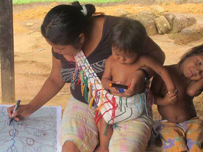 Una de las participantes en el proyecto, trabajando sobre un mapa.