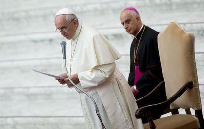 El papa Francisco, en la plaza de San Pedro junto al presidente del Pontificio Consejo para la Nueva Evangelización, el arzobispo Rino Fisichella.