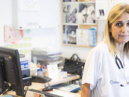 Amparo Rodríguez, en su consulta de pediatría, en un centro de A Coruña.