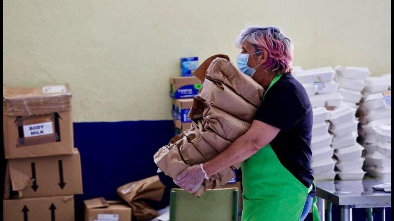 La cocinera del colegio Valle-Inclán acarreando sacos con alimentos durante el confinamiento en las cocinas del colegio.