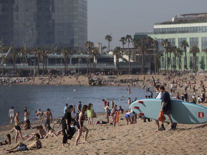 Ambiente en la playa de la Barceloneta, este viernes.