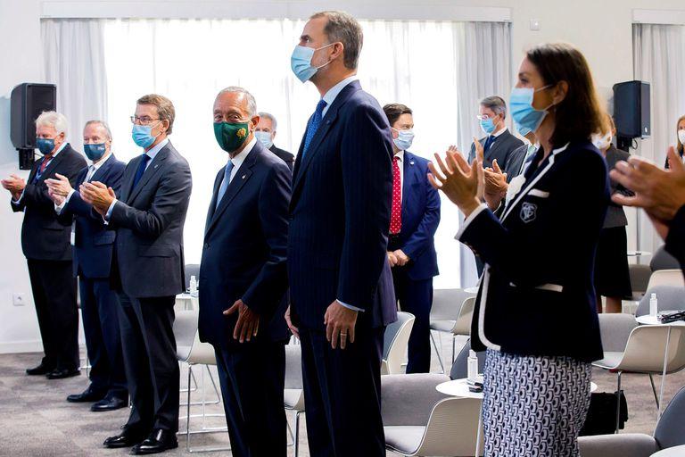 El Rey, junto al jefe de Estado portugués, Marcelo Rebelo de Sousa, recibe el aplauso de la ministra Reyes Maroto, Alberto Núñez Feijóo, Josep Piqué y Felipe González.