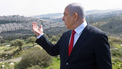 El primer ministro israelí, Benjamín Netanyahu, en un acto de campaña ante un asentamiento.