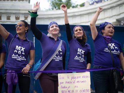 Cadena Humana de mujeres en protesta por los feminicidios, frente al Hemiciclo a Juárez, en la Alameda Central de la Ciudad de México.
