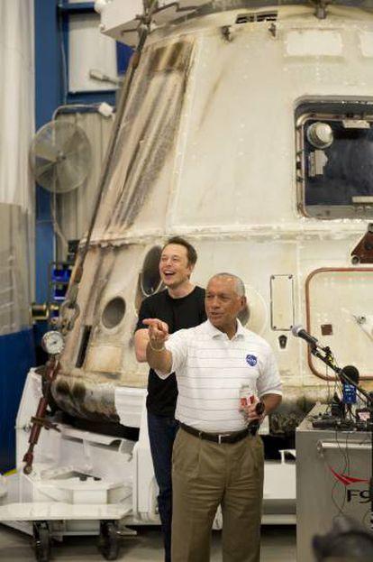 Charles Bolden y Elon Musk dan una rueda de prensa en la NASA después de que la nave Dragon de SpaceX volviera a la Tierra tras entregar unos suministros a la Estación Espacial Internacional.