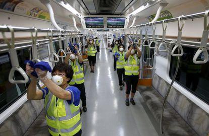 Labores de desinfección en un vagón del metro de Seúl, Corea del Sur, tras el brote de MERS de 2015.