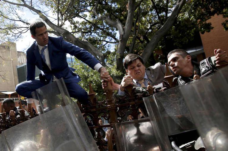 Juan Guidó intenta sortear cerco de la policía venezolana para entrar en la sde de Asamblea Nacional en Caracas en enero pasado.