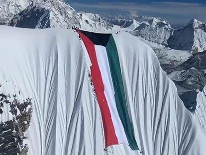 La bandera de Kuwait de 100 metros y 150 kilos, en la cima del Ama Dablam.