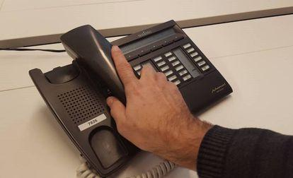 Un usuario de un teléfono fijo.