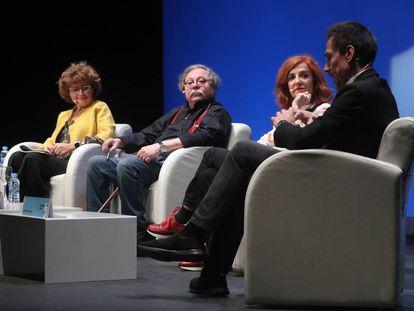 Elena Domínguez, Alberto Corazón, Elvira Lindo y Jesús Alcoba, en la mesa redonda en el Festival Eñe.