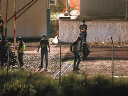 Migrantes a la espera de ser instalados en el campamento instalado en el antiguo polvorín de Barranco Seco (Las Palmas de Gran Canaria).