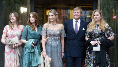 Máxima de Holanda, con su marido el rey Guillermo y sus tres hijas,  Amalia (derecha), Ariane y Alexia, la semana pasada cuando asistieron a un espectáculo en el el Carré de Ámsterdam.