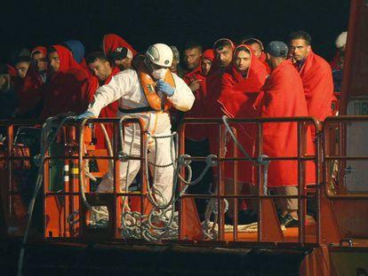 Un grupo de 44 inmigrantes rescatado el lunes en la costa de Almería.