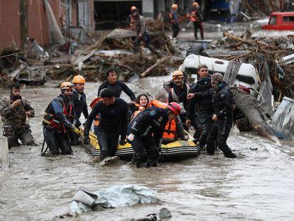 Los equipos de rescate durante las labores de evacuación en la ciudad turca de Bozkurt, en la provincia de Kastamonu.