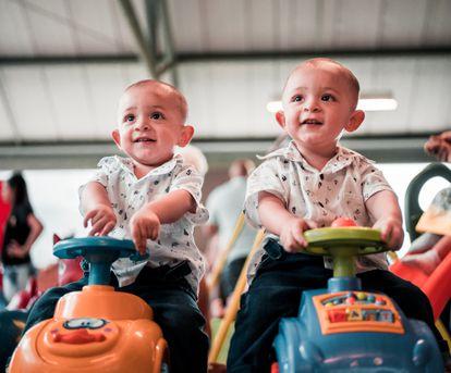 La llegada de dos bebés a la familia puede que sea difícil de asimilar los primeros días.