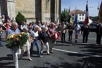 Aviadores veteranos y otros participantes en el homenaje a la<i> red Comète</i> depositan, ayer, flores en el monumento a los caídos de Urrugne.