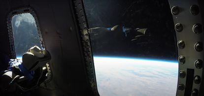 Imagen del espacio en el vuelo realizado por Blue Origin con el maniquí bautizado como 'Skywalker'.