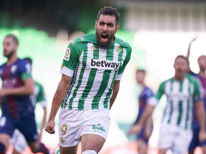 El delantero del Real Betis, Borja Iglesias, tiene una amistad fuera del terreno de juego con uno de los referentes españoles de la música urbana, el rapero Kase.O.