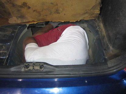 Uno de los inmigrantes localizados en el doble fondo del coche.